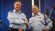 """המפכ""""ל, יוחנן דנינו, עם ניצב ניסים מור, שפרש מהמשטרה בשל החשד כי ביצע עבירות מין בשוטרות. ירושלים, 2.9.14 (צילום: פלאש 90)"""