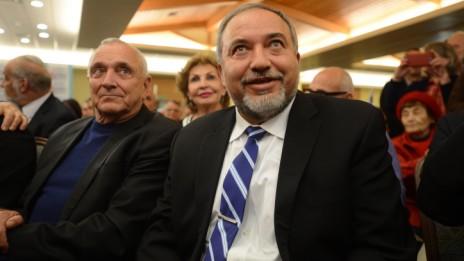 שר החוץ אביגדור ליברמן והשר לבטחון פנים יצחק אהרונוביץ' באירוע שבו התייחס ליברמן לחקירות נגד מפלגתו, 30.12.14 (צילום: גילי יערי)