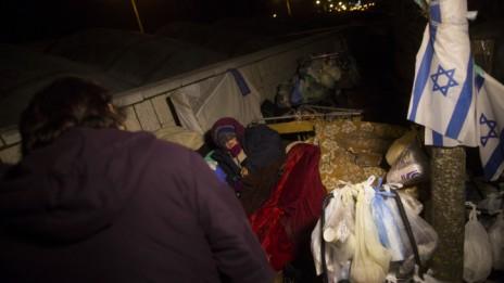 עובדת עיריית ירושלים משוחחת עם חסרת בית, 5.1.15 (צילום: יונתן זינדל)