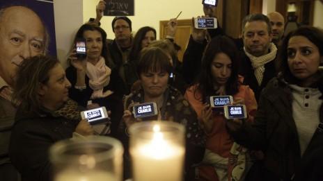 """קהל באירוע זיכרון להרוגי הטבח במערכת """"שרלי הבדו"""". בית שגריר צרפת בישראל, יפו, 8.1.15 (צילום: אמיר לוי)"""