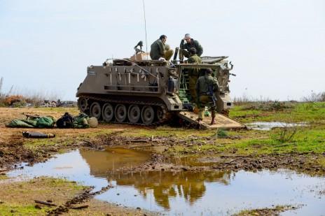 חיילים ישראלים על משוריין. רמת הגולן, 19.1.15 (צילום: באסל עוידאת)