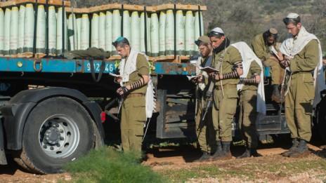 """חיילי צה""""ל מתפללים ברמת הגולן, 21.1.15 (צילום: באסל עווידאת)"""