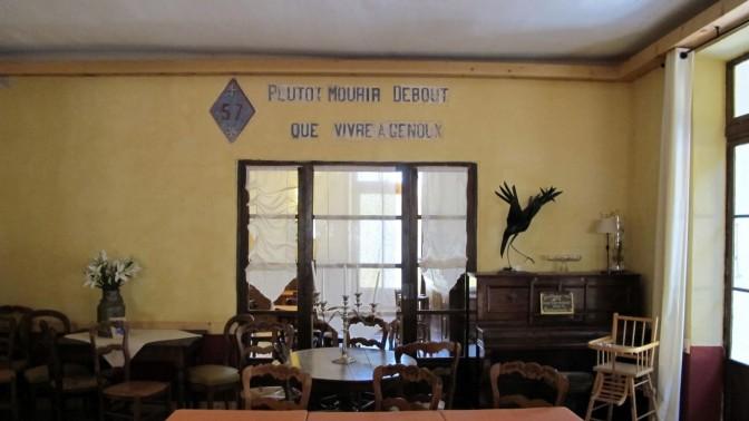 """""""טוב למות זקוף מלחיות על הברכיים"""", כתובת על קיר בית-מלון בדרום צרפת (2012ׂׂ)"""