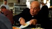"""השחקן ז'אק כהן באחת הפרסומות לחומוס תעשייתי הנמכר תחת המותג """"סלטי צבר"""" (צילום מסך)"""