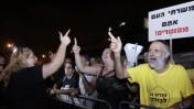 הפגנה נגד מחירי הדיור ליד ביתו של שר השיכון אריאל אטיאס, 26.7.12 (צילום: אורן נחשון)