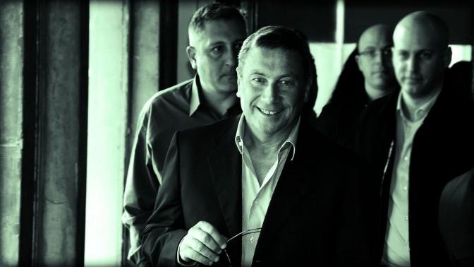 """נוחי דנקנר, לשעבר בעל השליטה בתאגיד אי.די.בי, ששלט בחברת האחזקות דסק""""ש ודרכה בעיתון """"מעריב"""". מאחוריו: היועץ האישי ובהמשך העורך הראשי של """"מעריב"""" ניר חפץ (צילום: פלאש 90)"""
