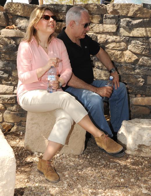 """שרה ובנימין נתניהו מטיילים בחיק הטבע, 2009 (צילום: אבי אוחיון, לע""""מ)"""