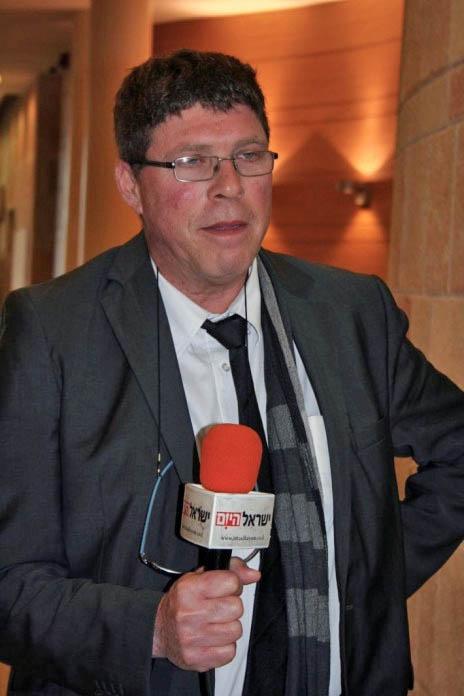 """עו""""ד שחר בן-מאיר, דיון בוועדת הבחירות המרכזית, 23.2.15 (צילום: אורן פרסיקו)"""