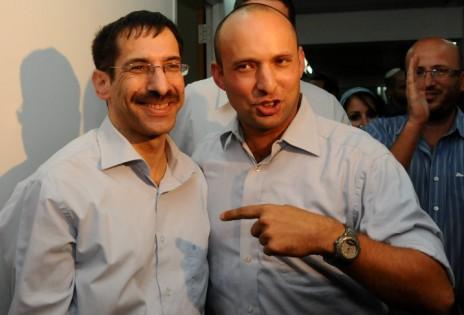 אורי אורבך עם נפתלי בנט, לאחר זכייתו של האחרון בפריימריז של הבית-היהודי, 7.11.12 (צילום: יוסי זליגר)