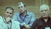 """יו""""ר """"מעריב"""" דני יעקובי (מימין) ומנכ""""ל """"מעריב"""" טל רז (ברקע - העורך ניר חפץ), בדיון בכנסת על מצבו הקשה של העיתון, ספטמבר 2012 (צילום: אמיל סלמן)"""