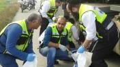 """עובדי ארגון זק""""א בוחנים זירת תאונת דרכים בדרום, 3.2.15 (צילום: זק""""א)"""