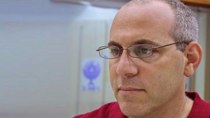 """איתי נבו, כתב המדע של קול-ישראל ומגיש התוכנית """"מיקרוסקופ"""" (צילום: דוברות רשות השידור)"""