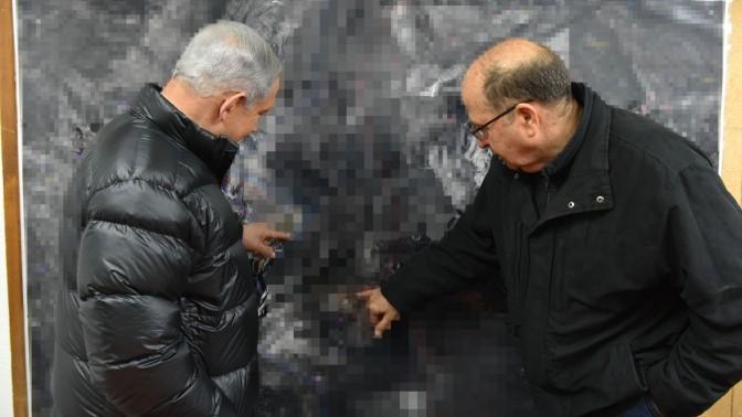 ראש הממשלה בנימין נתניהו ושר הביטחון משה יעלון מצביעים על תצלום מטושטש. בסיס צבאי ברמת הגולן, 4.2.15 (צילום: אריאל חרמוני, משרד הביטחון)