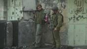 לוחמים ישראלים חולקים חטיף מלוח. חברון, 2000 (צילום: נתי שוחט)