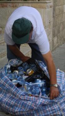אדם אוסף בקבוקים למחזור, אוגוסט 2002 (צילום: פלאש 90)