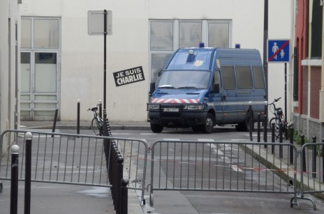 """מכונית משטרה מחוץ למערכת """"שרלי הבדו"""" בפריז (צילום: """"העין השביעית"""")"""
