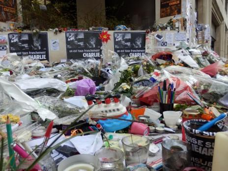 """גלעד ברחוב שבו פעלה מערכת """"שרלי הבדו"""" בפריז (צילום: """"העין השביעית"""")"""