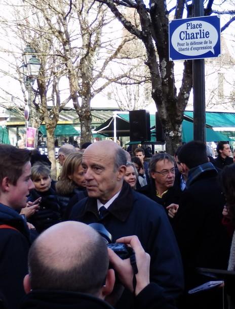 """אלן ז'ופה בטקס חנוכת """"כיכר שרלי"""" באנגולם. מאחור, עם הצעיף: ראש העיר קסבייה בונפון (צילום: """"העין השביעית"""")"""