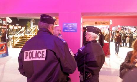 """שוטרים צרפתים משוחחים עם מבקר באחד ממתחמי פסטיבל אנגולם. השלט קורא לציבור הרחב לא להשאיר חפצים ללא השגחה (צילום: """"העין השביעית"""")"""