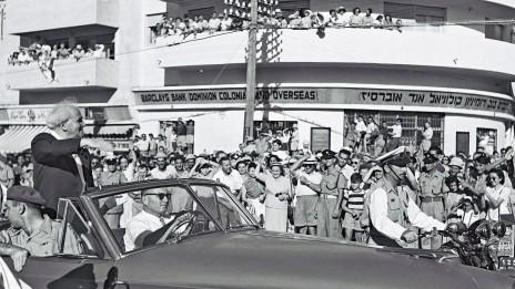 """ראש הממשלה דוד בן-גוריון עובר ברמת-גן בשובו מביקור בארצות-הברית, 7.6.1951 (צילום: טדי בראונר, לע""""מ)"""