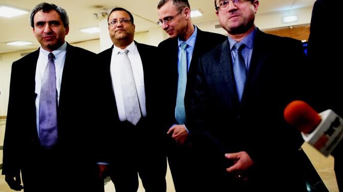 נציגים של הליכוד וישראל ביתנו במהלך השיחות הקואליציוניות, 26.3.15 (צילום: יונתן זינדל)