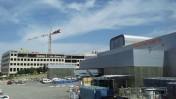 """בית-הדפוס של """"ידיעות אחרונות"""" ומאחוריו בניין הקבוצה הנמצא בהקמה, אזור התעשייה בראשון-לציון, 25.3.15 (צילום: אורן פרסיקו)"""