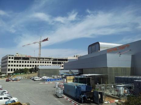 """בית-הדפוס של """"ידיעות אחרונות"""" ומאחוריו בניין הקבוצה הנמצא בהקמה. ראשון-לציון, 25.3.15 (צילום: אורן פרסיקו)"""