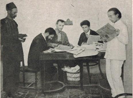 """מערכת """"הצבי"""" 1908, מימין לשמאל: יצחק לופבן, איתמר בן-אב""""י, אהרן סלנט, א.ב. ריבלין ושמש המערכת (נחלת הכלל)"""