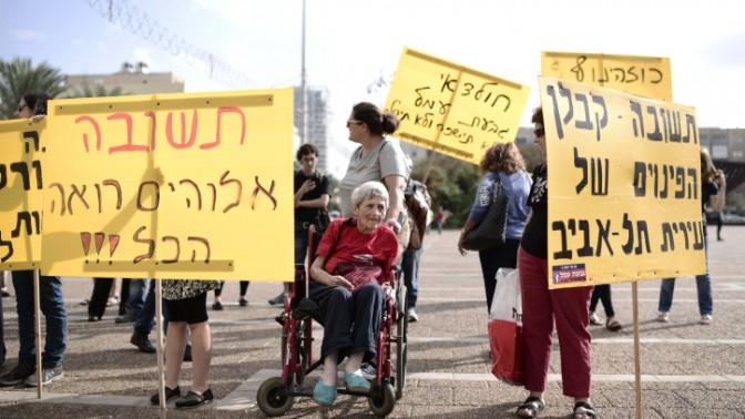 תושבי גבעת עמל ב' מפגינים מול עיריית תל-אביב במחאה על כוונת יזמים לפנותם מבתיהם, 19.10.14 (צילום: תומר נויברג)