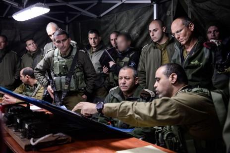 """הרמטכ""""ל, גדי איזנקוט, במהלך תדריך על תרגיל צה""""לי בגדה המערבית, אתמול (צילום: דובר צה""""ל)"""