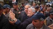 ראש ממשלת ישראל, בנימין נתניהו, מבקר בשוק מחנה-יהודה בירושלים (מאחור, ברקע: ניר חפץ). 9.3.15 (צילום: פלאש 90)