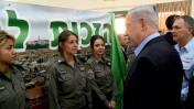 """ראש הממשלה בנימין נתניהו ושוטרות מג""""ב, ירושלים, 11.3.15 (צילום: קובי גדעון, לע""""מ)"""