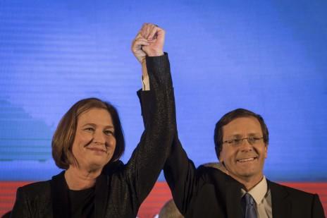 ציפי לבני ויצחק הרצוג בנאום סיכום הבחירות שלהם, אתמול בלילה (צילום: הדס פרוש)