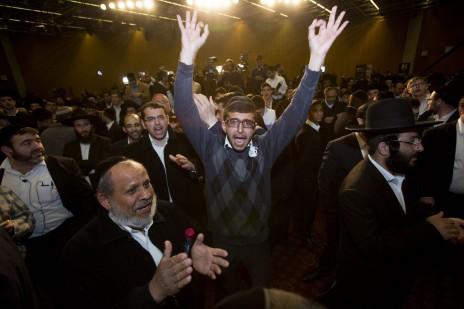 """תומכי מפלגת ש""""ס חוגגים בהישמע תוצאות המדגמים, אמש (צילום: יונתן זינדל)"""