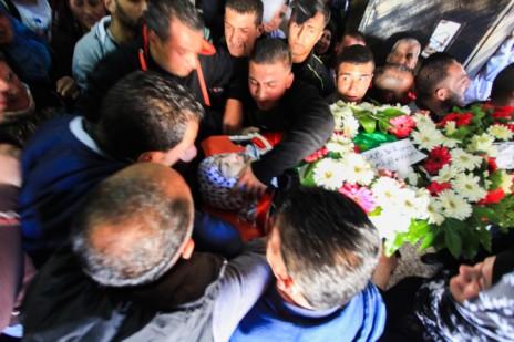 """הלווייתו של עלי ספי, בן 17, שנהרג שלשום מירי צה""""ל, ג'ילזון, 26.3.15 (צילום: פלאש 90)"""