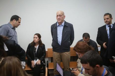 אהוד אולמרט בבית-המשפט המחוזי בירושלים, ביום מתן פסק הדין השני בפרשת טלנסקי. 30.3.15 (צילום: גיל יוחנן)