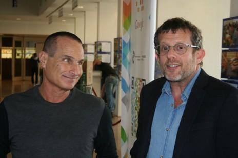 העורך הראשי של ynet, ערן טיפנברון (מימין), עם קודמו בתפקיד יון פדר. 2.3.15 (צילום: אורן פרסיקו)