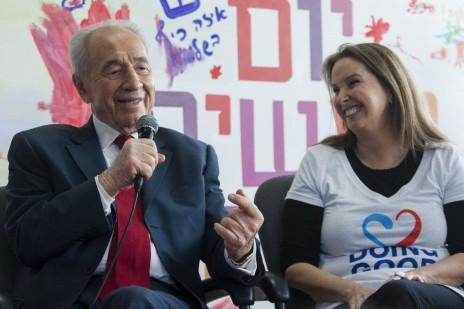 שמעון פרס עם בעלת השליטה בבנק הפועלים, שרי אריסון, בעת שכיהן כנשיא המדינה. 4.3.13 (צילום: פלאש 90)
