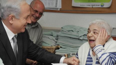 """ראש הממשלה בנימין נתניהו מבקר בבית אבות בירושלים, 2012 (צילום: עמוס בן-גרשום, לע""""מ)"""