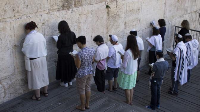 יהודים קונסרבטיבים מתפללים ליד הכותל המערבי, בחלק שהוקצה לתפילת גברים ונשים יחדיו, יולי 2014 (צילום: רוברט סוויפט)