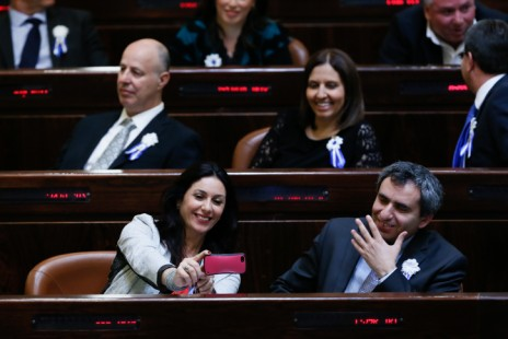 חברת הכנסת מירי רגב מצלמת את עצמה עם חברי הכנסת זאב אלקין וגילה גמליאל, טקס הפתיחה של הכנסת ה-20, 31.3.15 (צילום: מרים אלסטר)