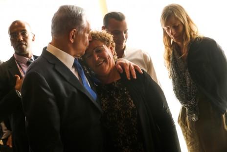 ראש הממשלה בנימין נתניהו נושק לראשה של האם השכולה מרים פרץ, טקס הפתיחה של הכנסת ה-20, 31.3.15 (צילום: נתי שוחט)
