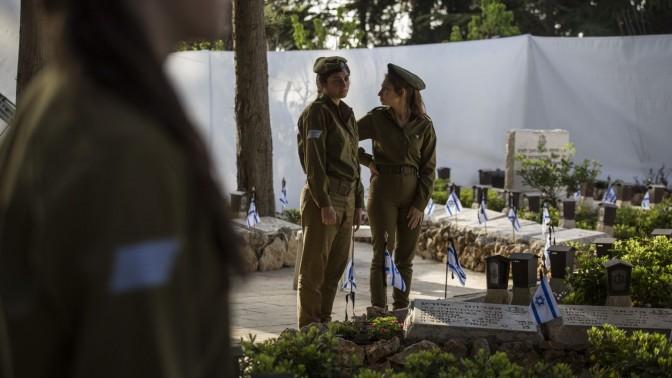 """חיילות בצבא ישראל במהלך ההכנות ליום הזיכרון לחללי צה""""ל. הר הרצל, ירושלים, 19.4.15 (צילום: הדס פרוש)"""