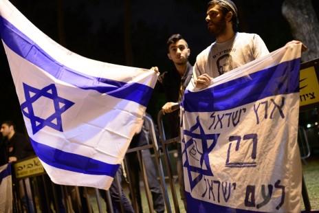 פעילי ימין מפגינים מחוץ לטקס זיכרון ישראלי-פלסטיני. תל-אביב, 21.4.15 (צילום: תומר נויברג)