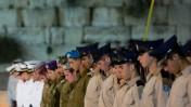 חיילים בעת צפירת יום הזיכרון, הכותל המערבי, 21.4.15 (צילום: יונתן זינדל)