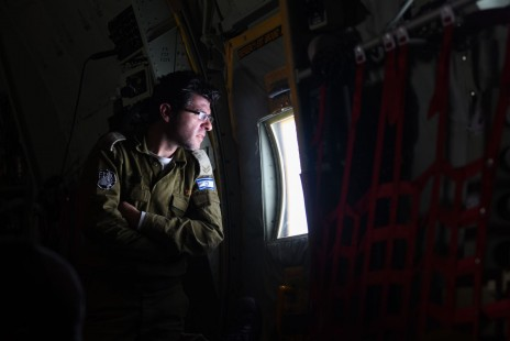 """חייל ישראלי במהלך הטיסה לנפאל, 28.4.15 (צילום: דובר צה""""ל)"""