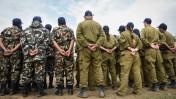"""חיילי צה""""ל וחיילי צבא נפאל ליד בית חולים שדה שהקימה המשלחת הצה""""לית בנפאל, 29.4.15 (צילום: דובר צה""""ל)"""