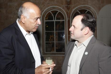 ג'יבריל רג'וב (משמאל) והשחקן ג'ייסון אלכסנדר, אוקטובר 2011 (צילום: מרים אלסטר)