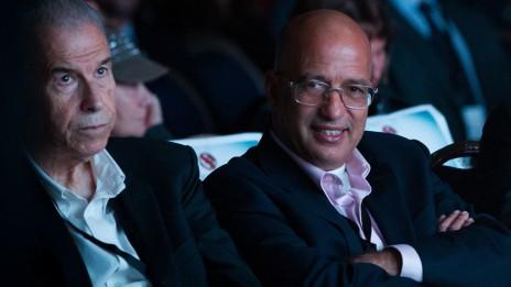 """מו""""ל """"מעריב"""" אלי עזור עם מושיק תאומים בוועידה של העיתון """"ג'רוזלם פוסט"""" שבבעלותו. ירושלים, 11.12.14 (צילום: מרים אלסטר)"""