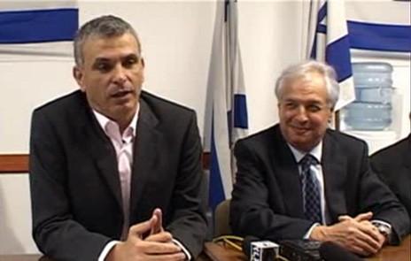 איש העסקים שאול אלוביץ' (מימין) עם שר התקשורת לשעבר משה כחלון, במעמד ההודעה על רכישת השליטה בבזק על-ידי אלוביץ' (צילום מסך)